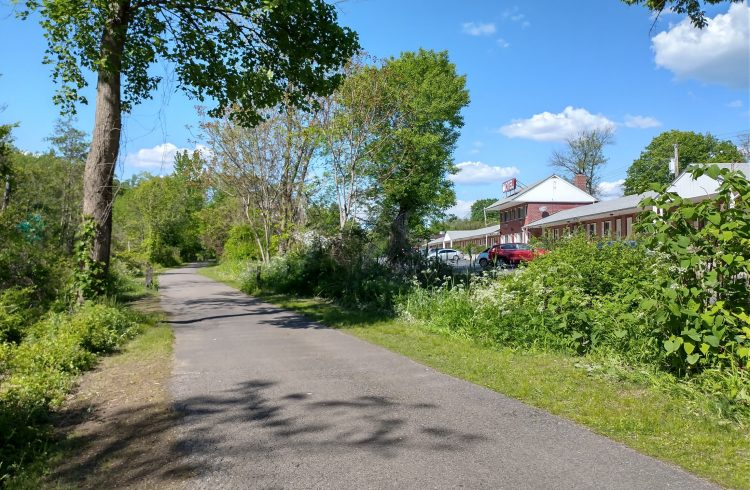 The Empire Trail passes the Ardsley Acres Hotel Court